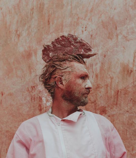 Homme pierre retour à la nature rose marbre