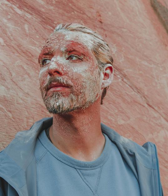 homme argile terre marbre rose bleu