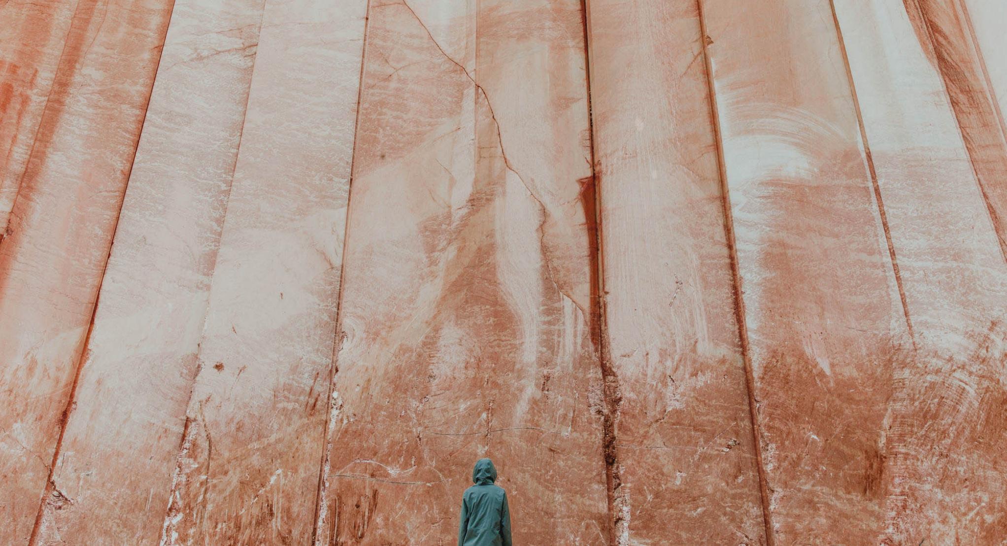 marbre orange roche falaise bleu personnage paysage