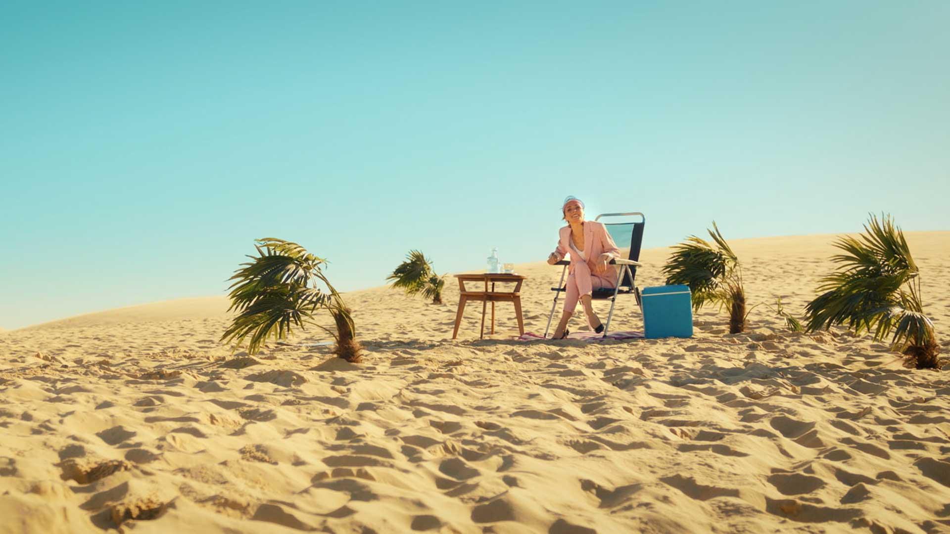 désert sable eau palmier femme