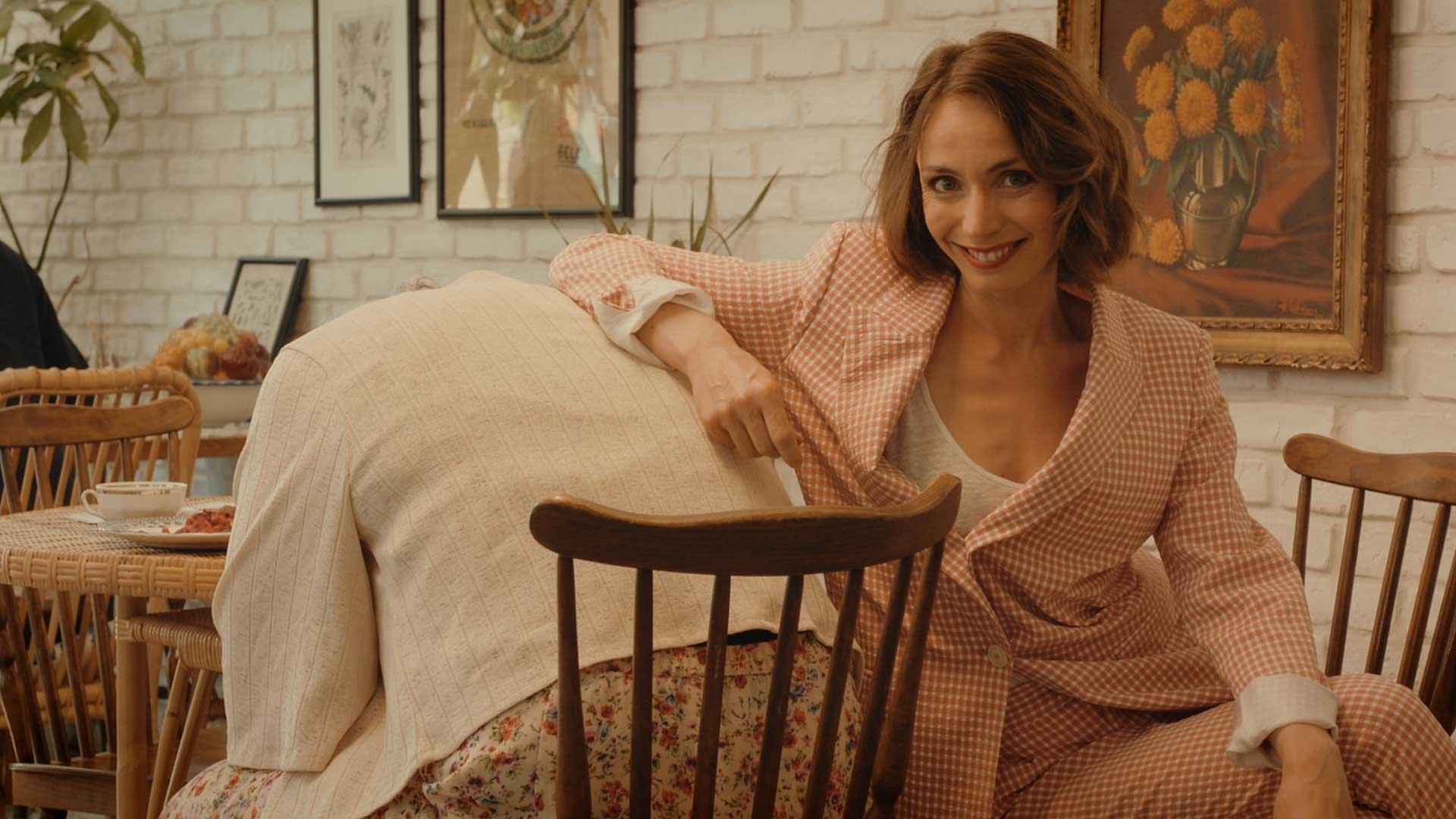 salon de thé femme costume rose grand-mère