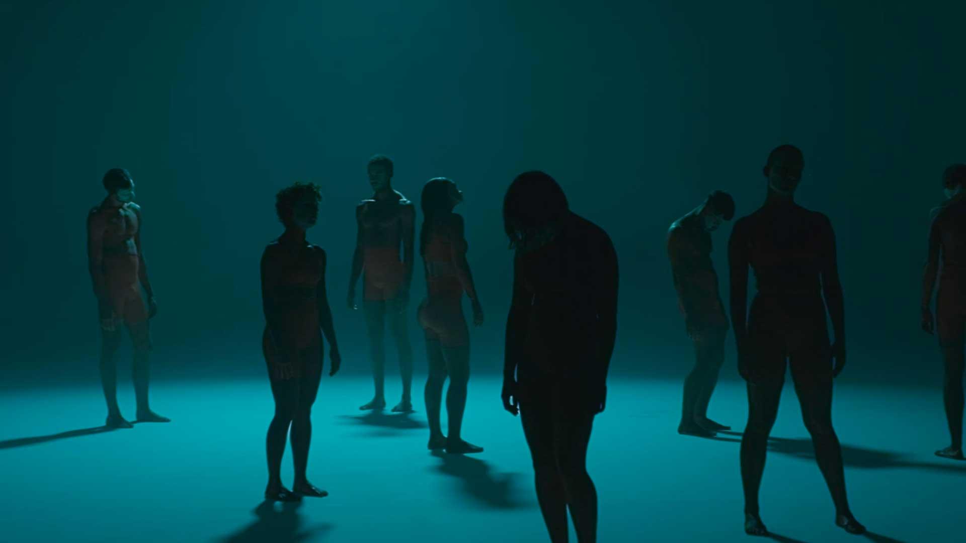 homme femme danse bleu sombre contraste