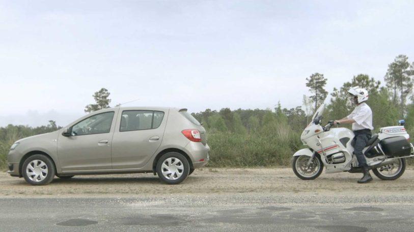 voiture Dacia police moto policier arrestation infraction