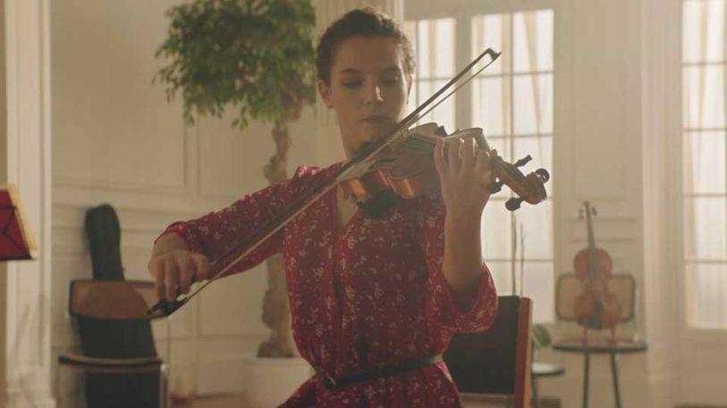 femme musicienne musique violon répétition robe rouge