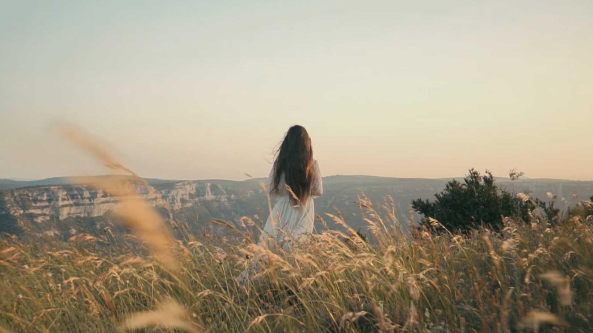 fille enfant robe blanche paysage montagne