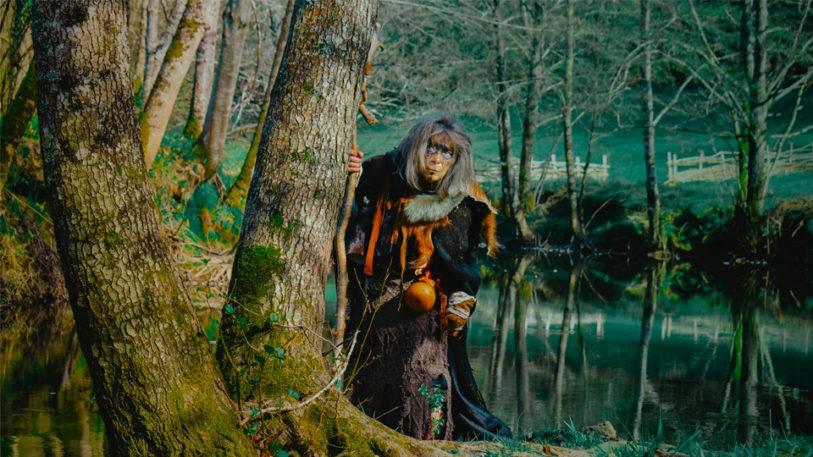 femme druide druidesse rivière forêt arbre